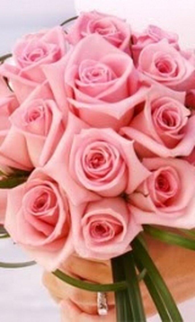 Um bouquet de noiva com rosas claras