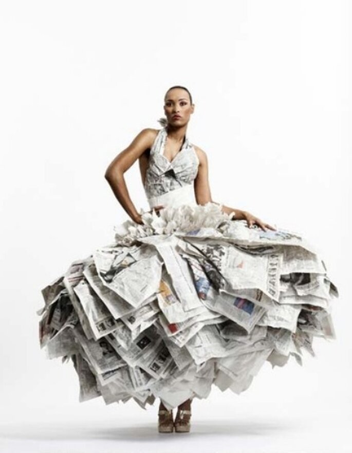 Vestido de novia hecho con papel de periódico