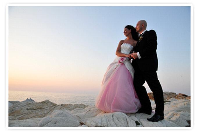 Una bellissima immagine degli sposi al tramonto. Foto New Image Officina d'Immagine