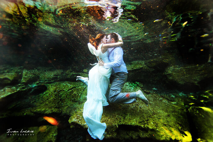 "Novios submarinos en una sesión de ""Trash the dress"". Foto: Ivan Luckie Photography"