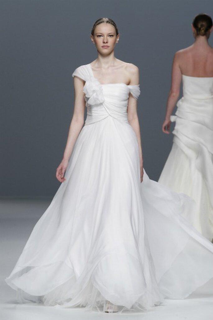 Vestido de novia Jesús del Pozo 2012 con un hombro al aire y con movimiento - Ugo Camera / Barcelona Bridal Week