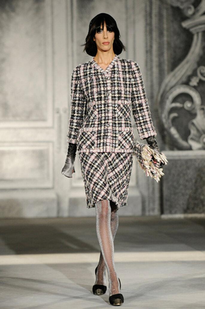 Zur Winterhochzeit dürfen Hochzeitsgäste im warmen Kostüm erscheinen – Foto: Chanel