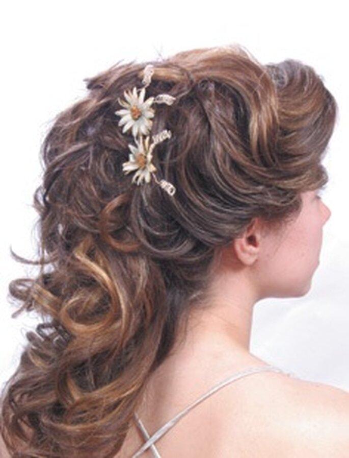 Locker gestecktes Haar mit Blumen