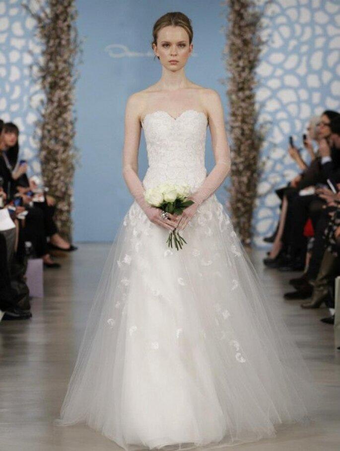 Vestido de novia con escote strapless en forma de corazón y falda hecha de tul con bordados de flores - Foto Oscar de la Renta