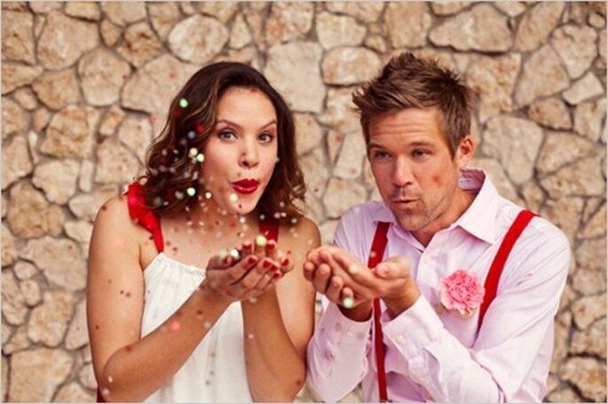 Decoración de boda en rojo y rosa. Fotografía Caitlin Cathey Photography para Wedding Chicks