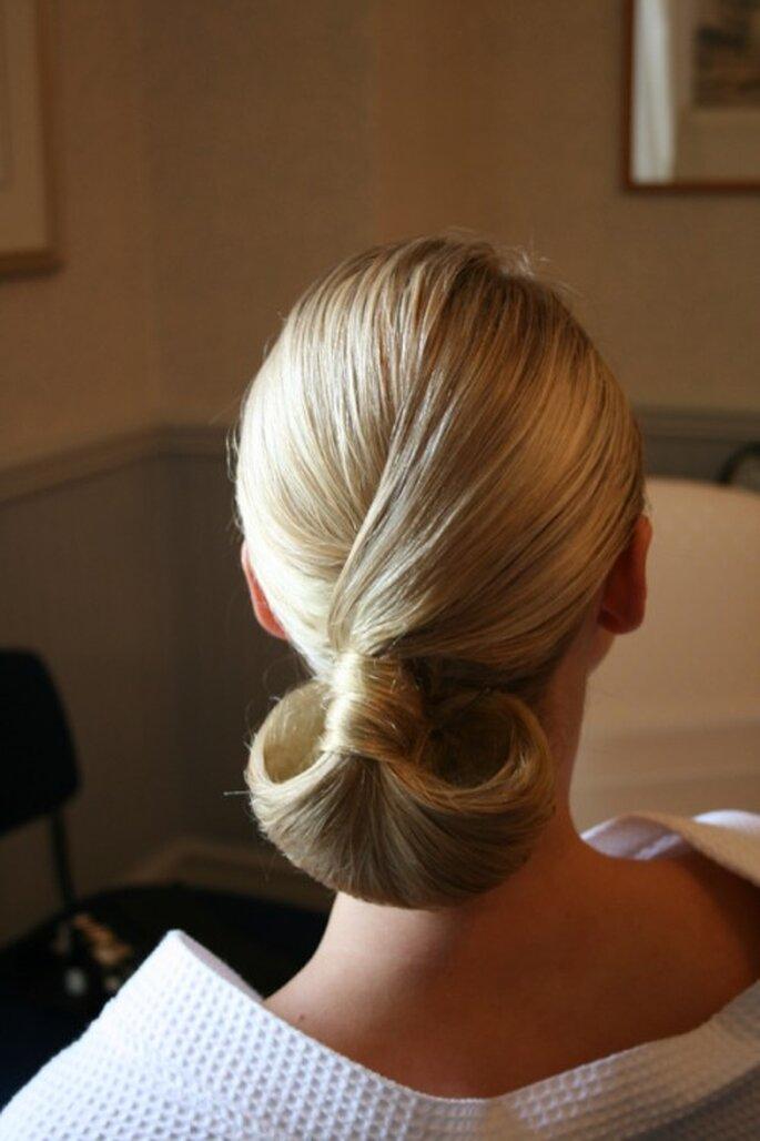 Chongo bajo clásico DIY para novias - Foto Claire Wallace