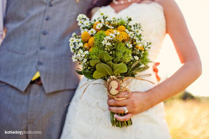 Hermoso y original ramo de novia con flores silvestres y camafeo