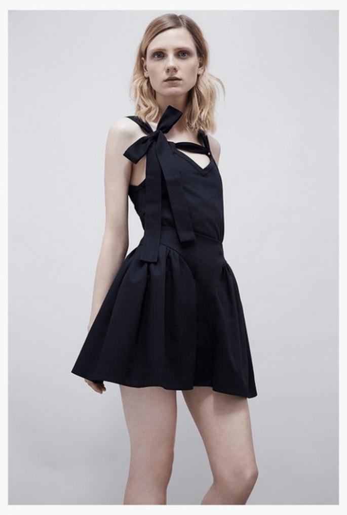 Vestido de fiesta 2014 en color negro con escote asimétrico al frente - Foto Jil Stuart