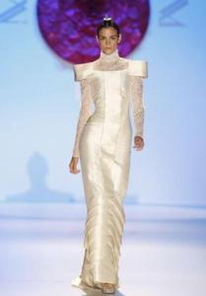 Model Novias 2010 - Vestido largo ajustado en beige, de líneas duras, el cuello y las mangas son en encaje