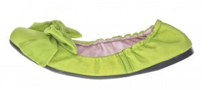 Zapato color verde de paracaídas reciclado