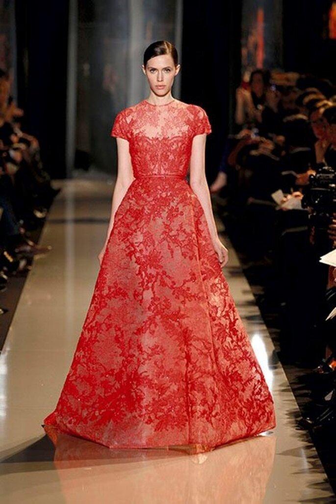 Vestido de gala con encaje rojo para una boda - Foto Elie Saab 2013