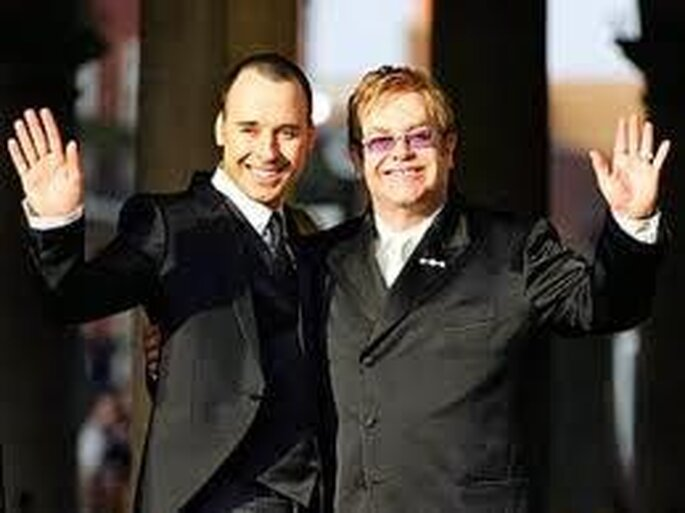 "Sänger Elton John und Regisseur David Furnish sagten ebenfalls ""Ja"" – Foto: Elton John and david furnish via facebook"