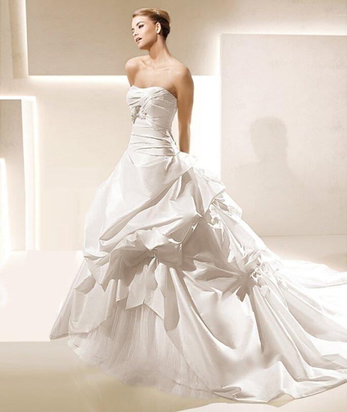 Vestido de novia corte de gala, strapless drapeado. La Sposa