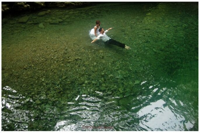 Novios flotando en el agua de una hermosa poza de Veracruz - Foto Emmanuel Aquino