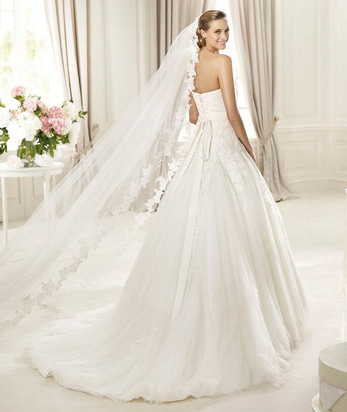 L'abito da sposa con il classico velo - Foto: Pronovias 2015