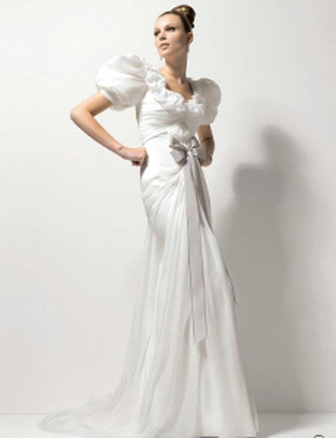 Christian Lacroix 2010 - Odett, robe longue, manches courtes ballons, décolleté rond et noeud central