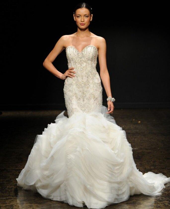 Vestido de novia corte sirena con falda de tul voluminosa y apliques de pedrería en el corpiño - Foto Lazaro