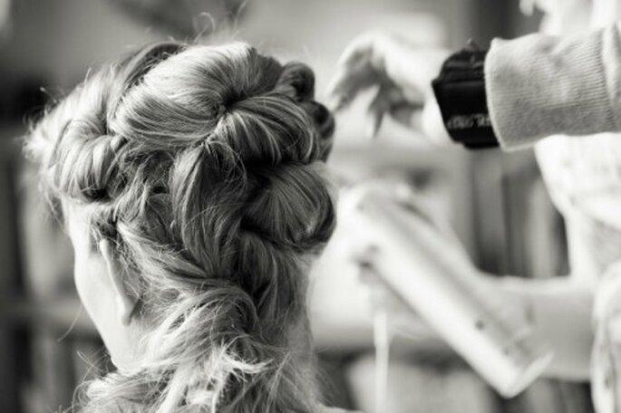 Auch die Hochzeitsgäste zeigen sich schick mit eleganten Hochsteckfrisuren – Foto: 2Rings Trouwfoto