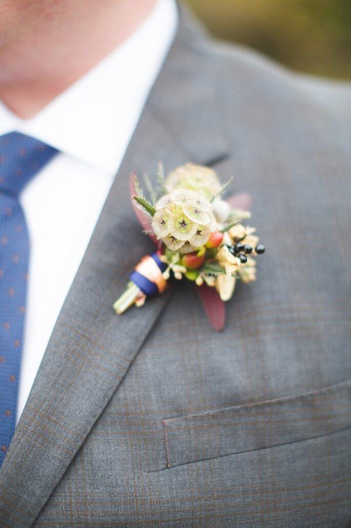 Para una boda casual, un diseño sencillo y discreto para el boutonniere - Foto Dani Stephenson Photography