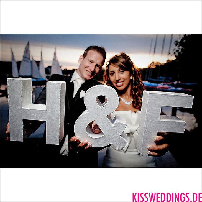 Novios con sus iniciales en una sesión de fotos antes de la boda. Foto: Thomas Langer - www.kissweddings.de