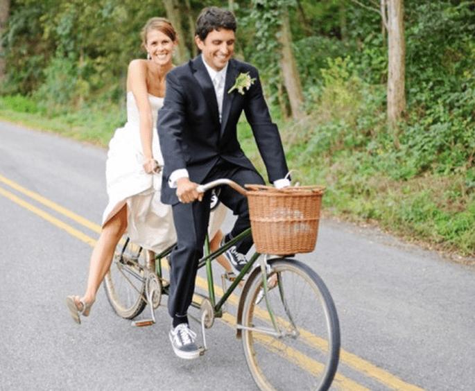 Fotos de boda con bicicletas - Foto Kate Headley