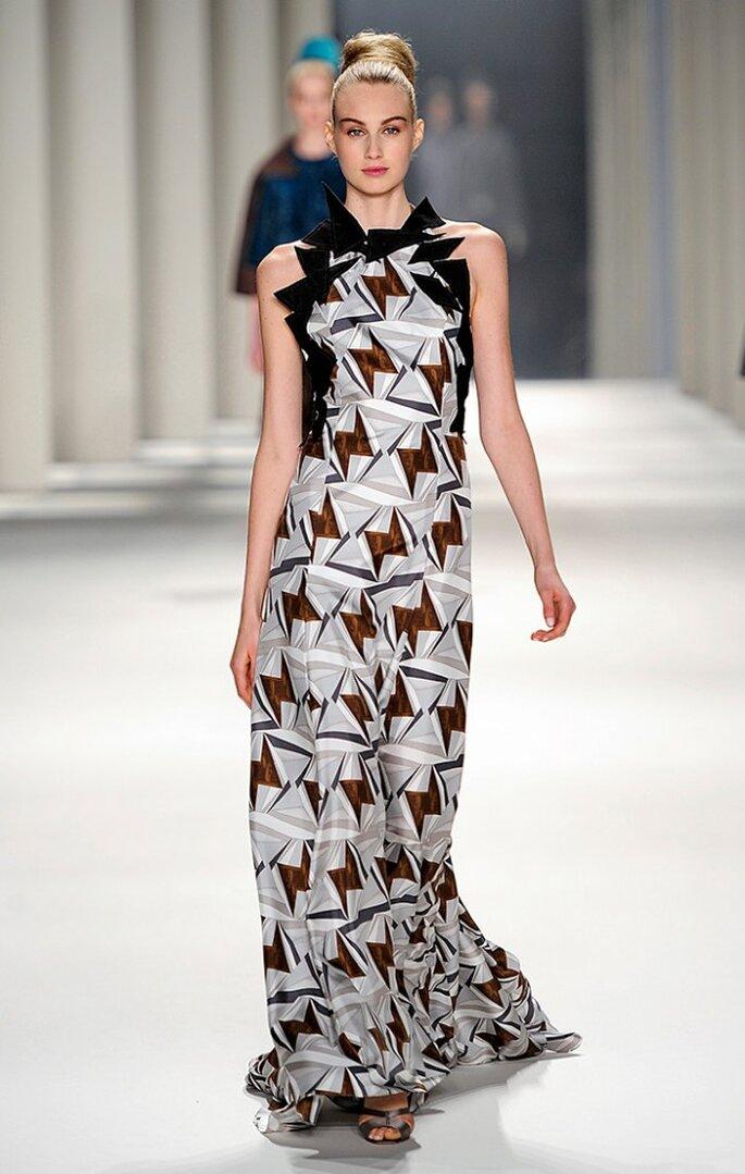 Vestido largo con estampado de triángulos dobles y aplique geométrico de fieltro de lana negro. Foto: www.carolinaherrera.com