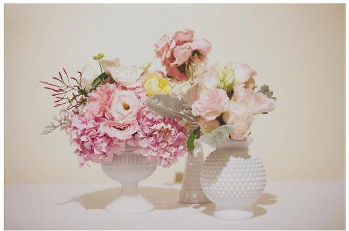 Majestuosos centros de mesas con grandes arreglos florales. Foto: Stone Crandall Photography