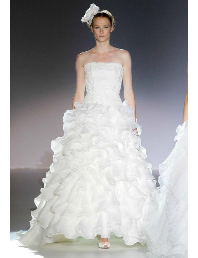Hochzeitskleider von Manu Alvarez Kollektion 2012 mit ausgestelltem Rock und Glitzerverzierungen auf dem Bustier.