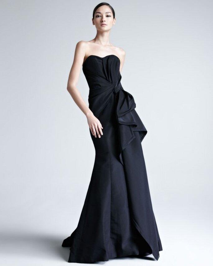 Vestido de fiesta elegante en color negro con escote strapless y detalle de relieve en el costado - Foto Bergdorf Goodman
