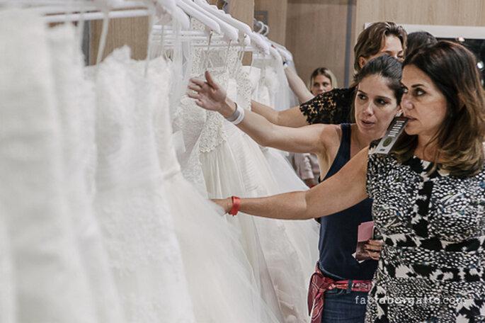 A escolher vestidos. CasaModa Noivas 2013 - Foto: Wilian Olivato