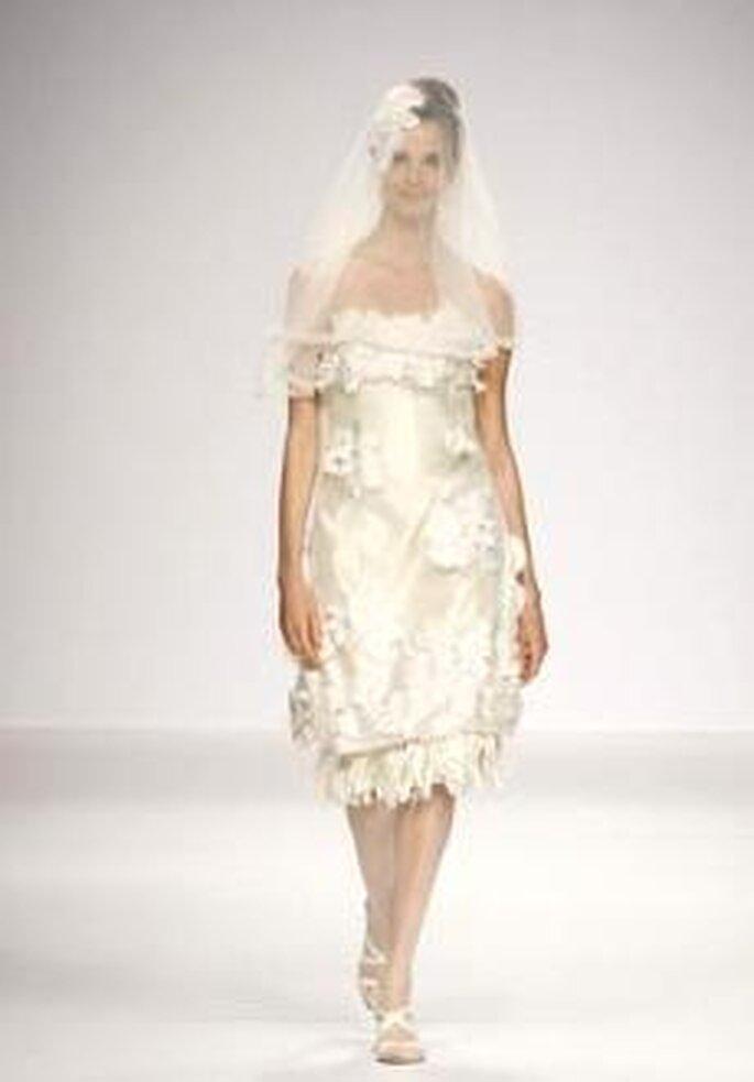 De la Cierva y Nicolas 2010 - Vestido corto en seda, corte evase, palabra de honor recto, apliques silvestres