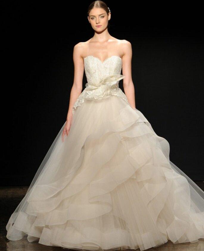 Vestido de novia corte princesa con detalle tridimensional, silueta peplum y capeado de volúmenes en la falda - Foto Lazaro