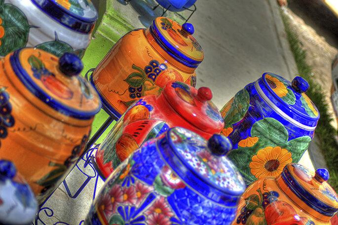 Cerámica pintada a mano en colores vivos