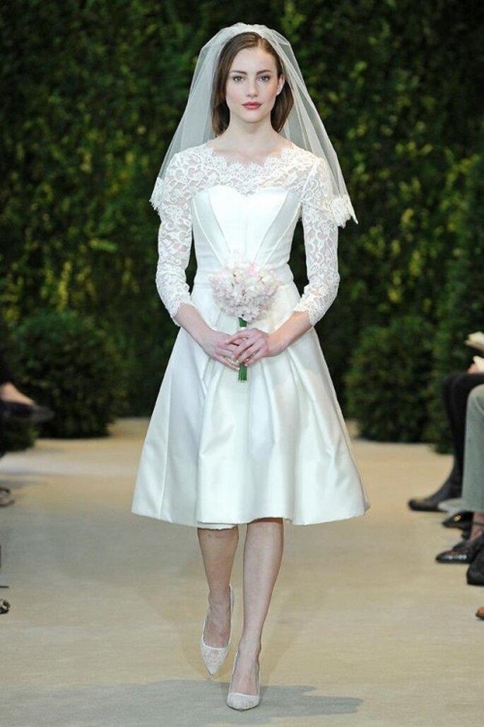 Vestido de novia corto con escote ilusión y mangas largas - Foto Carolina Herrera