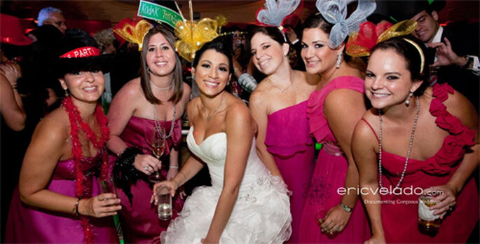 Novia festejando con sus damas de honor - Foto: Eric Velado