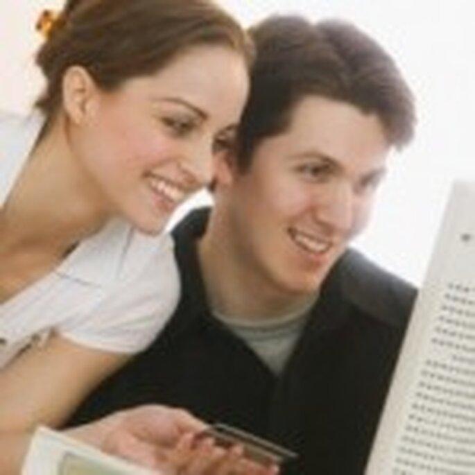 Un couple regarde les messages de ses amis sur facebook