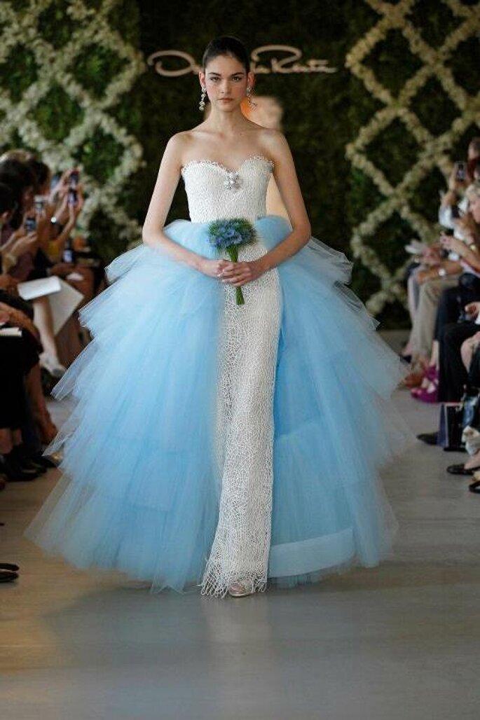 Setzen Sie auch beim Brautkleid farbige Akzente – Foto: Oscar de la Renta
