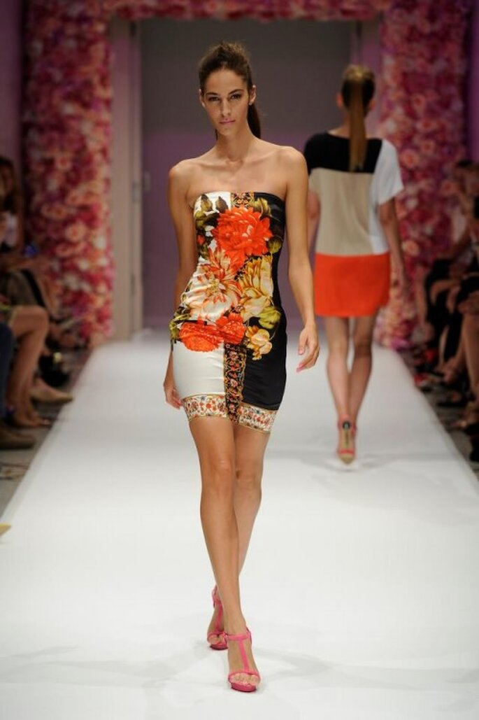 Vestido de fiesta corto con estampado floral y escote strapless - Foto Basler