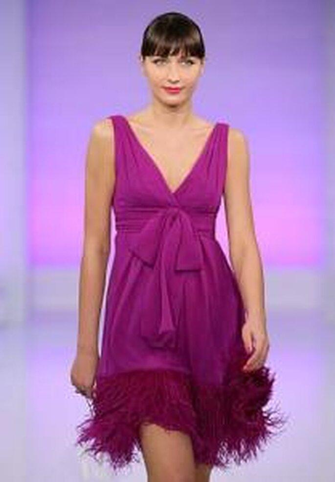Cymbeline 2009 - Vestido corto rosado de corte imperio, cone scote en V. Plumas