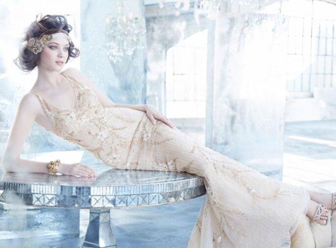 Vestido de novia con pedrería, tejido de flores y escote profundo en V - Foto Lazaro en JLM Couture