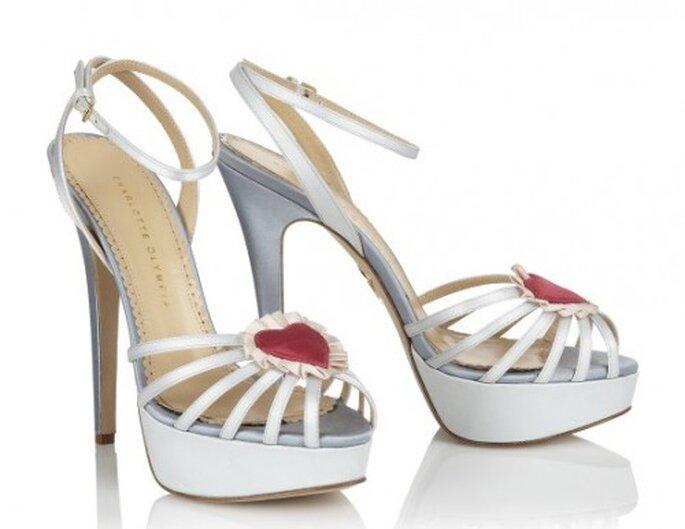 Sandalias para novia con tacon para novias en color blanco - Foto Charlotte Olympia