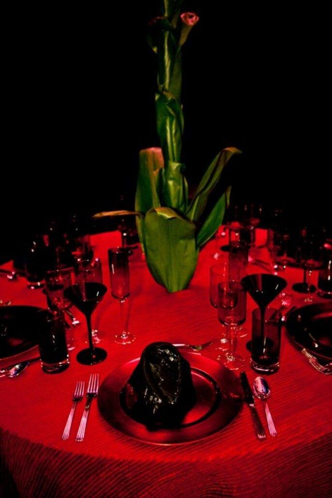 Decoración de una mesa con vajilla negra y mantel rojo al estilo de Lady GaGa - Foto: Floramor Studios Facebook