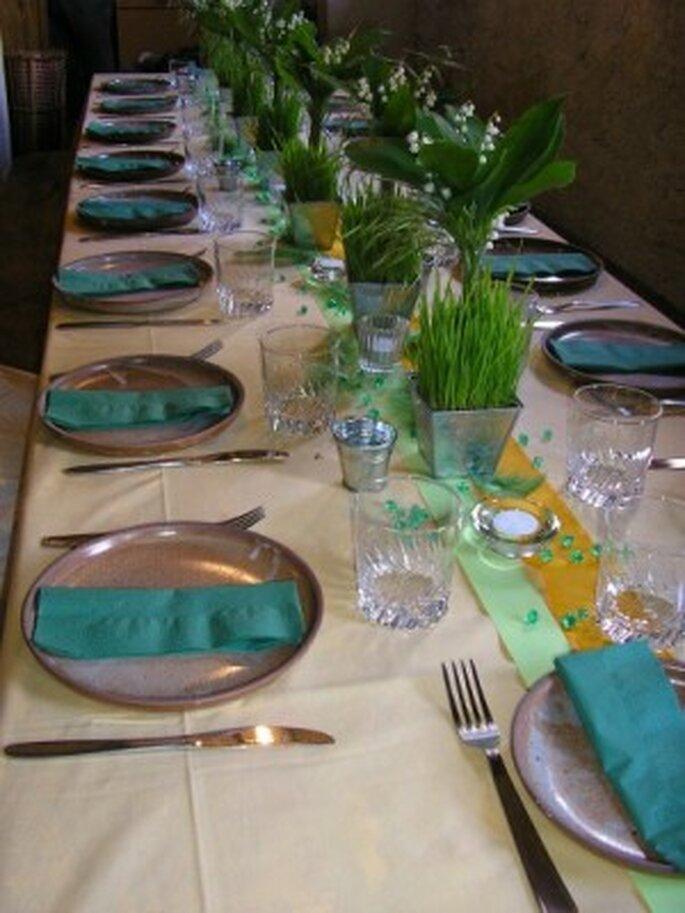 Idée pour les tables de votre mariage : rien de tel qu'un chemin de table odorant ! Photo : Mariage Hors-Série