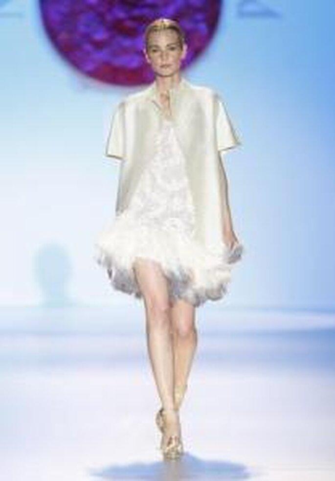 Model Novias 2010 - Vestido corto con chaqueta en seda de manga corta, bajos del vestido de plumas