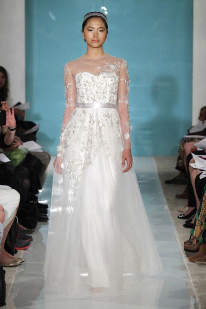 Vestido de novia con transparencias de ilusion y tocados florales - Foto Reem Acra 2013