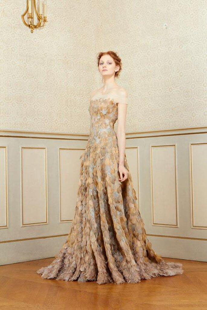Vestido de fiesta estampado con tintes dorados y escote palabra de honor - Foto Rami Al Ali