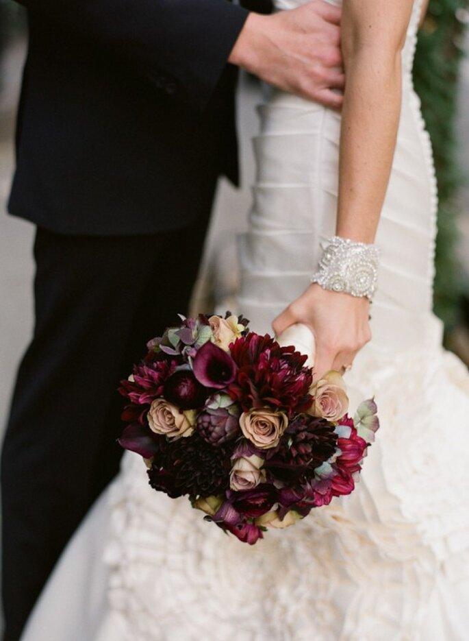 Un ramo de novia perfecto con colores intensos - Foto Carmen Santorelli Photography