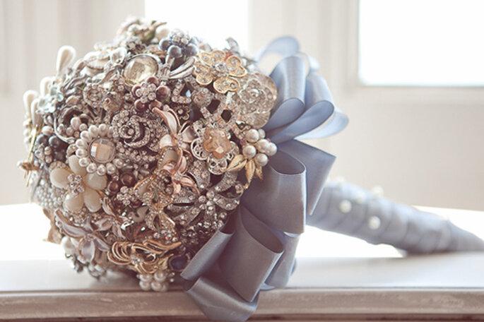 Elige joyas de tu propio joyero para darle a tu ramo un aire vintage. Foto: Flavia Soares