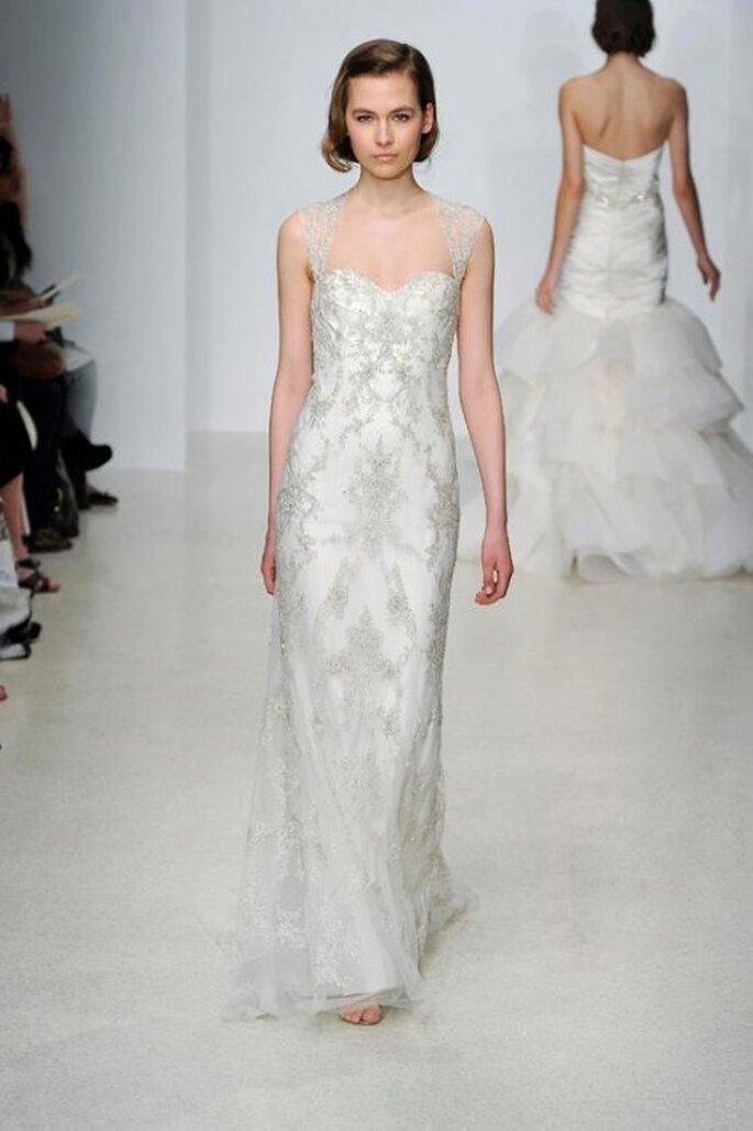 Vestido de novia largo en color blanco con pedrería y brocados - Foto Kenneth Pool