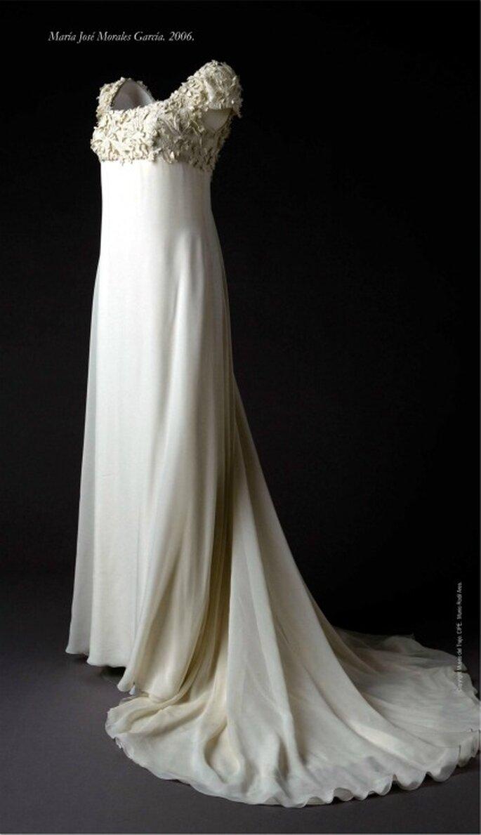 Vestido en gasa marfil, estilo imperio, bordado en relieve con hilo de seda natural. Propiedad de Mª José Morales. 9 de septiembre de 2006